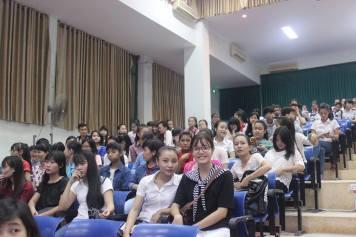 Rất đông sinh viên các lớp đến tham dự buổi văn nghệ