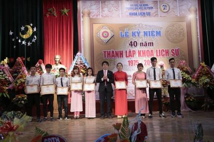 Trương Trung Phương trong lễ kỉ niệm 40 năm thành lập Khoa lịch sử (áo vest đen)